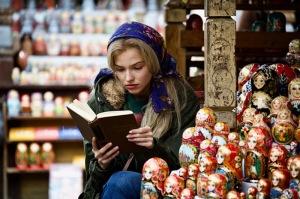 Anna en vendeuse de matriochkas sur un marché de Moscou. DR