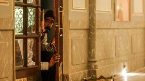 """""""Attaque..."""": Arjun (Dev Patel) en action. DR"""