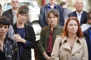 Mélinda (Nora Hamzavi) et Alice (Anaïs Demoustier) observent une bête politique au travail. DR
