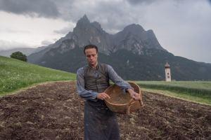 Franz Jägerstätter (August Diehl) travaille aux champs. DR