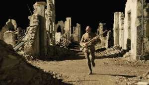 Will Schofield erre dans les ruines d'Ecoust. DR