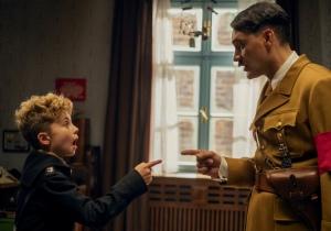 Jojo (Roman Griffin Davis) et son mentor imaginaire (Taika Waititi). DR