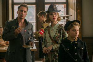 Le capitaine Klenzendorf (Sam Rockwell), Rosie Betzler (Scarlett Johansson) et Jojo. DR