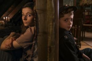Elsa (Thomasin McKenzie) et Jojo cachés dans la soupente. DR