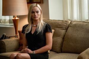 Kayla Pospisil (Margot Robbie) dans le bureau d'Ailes. DR