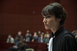 Anaïs Demoustier dans la robe de l'avocate générale.