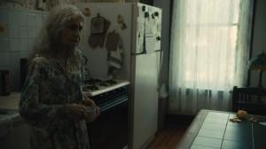 Olga (Lynn Cohen) dans sa cuisine. DR