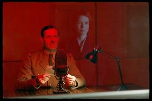 De Gaulle (Lambert Wilson) au micro de la BBC le 18 juin 1940. DR