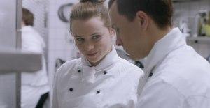 Jonas en cuisine avec sa collègue Laura (Luna Wedler). DR