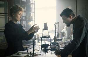 Radioactive: Marie (Rosamund Pike) et Pierre Curie (Sam Riley) dans leur laboratoire. DR
