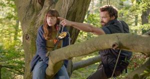 Gina (Léonie Souchaud) et Jimmy, son père (Alban Lenoir) dans les arbres. DR