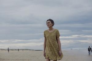 Elena (Marta Nieto), une mère sur la plage.