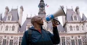 JP (Jean-Pascal Zadi) manifeste devant la mairie de Paris. DR