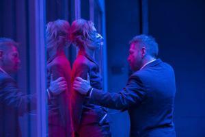 Kat (Elizabeth Debicki) aux prises avec Sator (Kenneth Branagh). DR