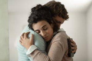 Daphné (Camélia Jordana) dans les bras de Maxime (Niels Schneider). DR