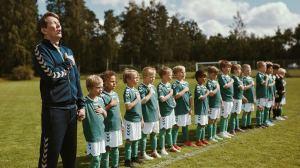 Tommy (Thomas Bo Larsen) et ses jeunes footballeurs.