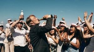 Martin boit à la réussite de ses lycéens. Photos Henrik Ohsten