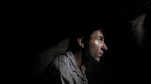 Higinio Blanco (Antonio de la Torre) regarde le monde à travers un trou. DR