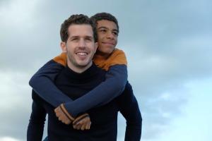 """""""Envoie-moi"""": Thomas (Victor Belmondo) et Marcus (Yoann Eloundou). Photo Julien Pani"""