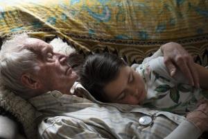 Le vieil homme et sa petite-fille Monica (Gabby Velis). DR