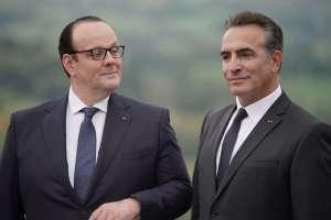 François (Gregory Gabedois) et Nicolas (Jean Dujardin) posent pour la photo. DR