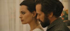 Gustave et Adrienne (Emma Mackey). DR